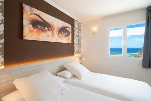 A bed or beds in a room at Apartamentos Galeon Playa