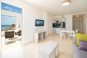 A television and/or entertainment center at Apartamentos Galeon Playa