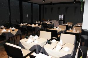 A restaurant or other place to eat at Apartamentos Turisticos Paraiso