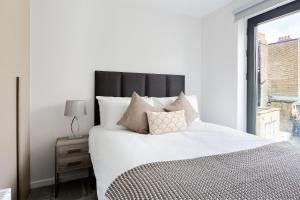Rúm í herbergi á Heart of Camden Two Bedroom Apartment