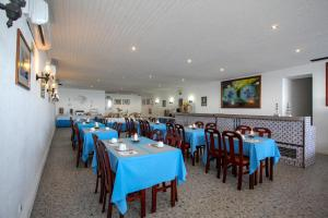 A restaurant or other place to eat at Aparthotel Barracuda