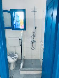 A bathroom at Pelagos Studios