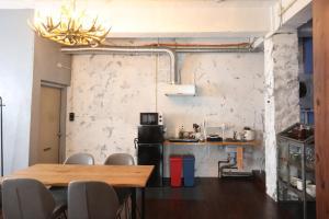 O bucătărie sau chicinetă la Trip Shot Hotels
