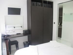 A bed or beds in a room at BLOOMSBURY APARTMENTS