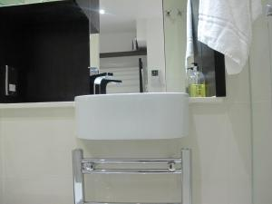 A bathroom at BLOOMSBURY APARTMENTS