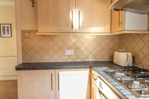 A kitchen or kitchenette at Cosy One Bedroom Forrest Hill, Close to stations