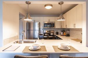 O bucătărie sau chicinetă la SoBe Westlake 30 Day Rentals