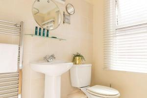 A bathroom at Cosy One Bedroom Forrest Hill, Close to stations