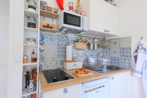 Kuhinja ili čajna kuhinja u objektu Beachfront Apartment Mala Tereza