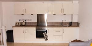 A kitchen or kitchenette at Impressive Urban Townhouse - Leeds City Centre