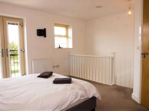 A bed or beds in a room at Impressive Urban Townhouse - Leeds City Centre