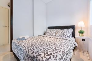 Uma cama ou camas num quarto em Luxury 2br Business Suite
