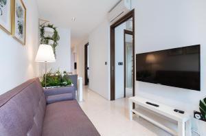 Uma televisão e/ou sistema de entretenimento em Luxury 2br Business Suite