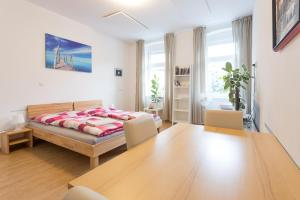 A bed or beds in a room at Vienna Smile Apartment Schoenbrunn
