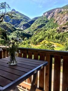 Vista generica sulle montagne o vista sulle montagne dall'interno della casa vacanze