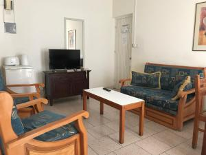 A seating area at Daphne Hotel Apartments
