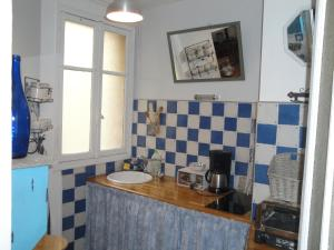 A kitchen or kitchenette at Almeria Garden Apartment