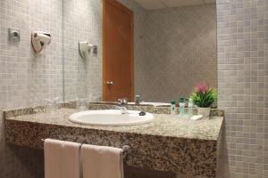 A bathroom at Advise Hotels Reina
