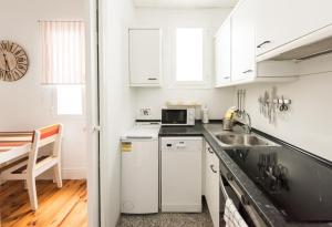 A kitchen or kitchenette at Apartamentos Alcalá 55
