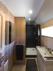 A bathroom at Icestay Cabins