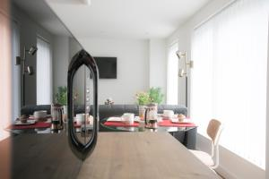 Ein Restaurant oder anderes Speiselokal in der Unterkunft Moonside - Stunning Angel Apartments