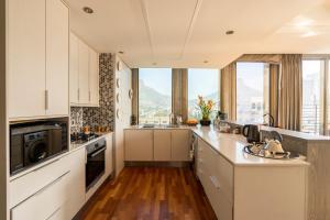 A kitchen or kitchenette at 1504 Cartwright Corner