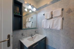 Een badkamer bij Theoxenia Hotel Apartments