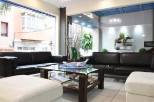 A seating area at Apartamentos Tinoca