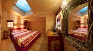A bed or beds in a room at Chalet du Chef Ski et Golf
