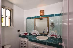 A bathroom at B&B Aparthotel La Isleta