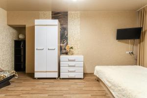 Кровать или кровати в номере На-Сутки на б-ре Мира 22