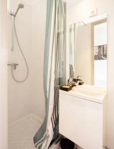 A bathroom at Home in La Défense