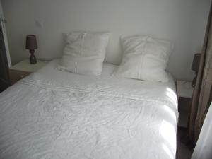 A bed or beds in a room at Gite Hénanbihen