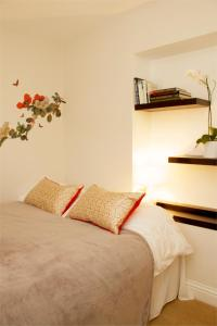 A bed or beds in a room at Hammersmith Apartment