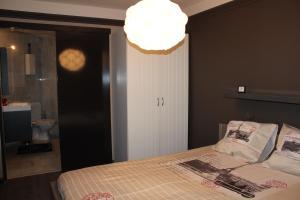 Een bed of bedden in een kamer bij Hydro Palace Apartment