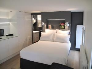 A bed or beds in a room at Instants Lille