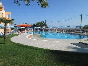 Bazen u ili blizu objekta Ninos On The Beach Hotel