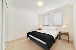 A bed or beds in a room at Wyndel Apartments - Apex North Sydney