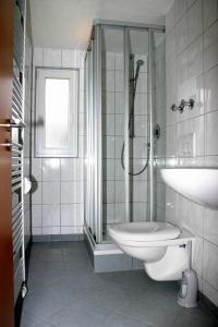 A bathroom at Das Apartmenthaus