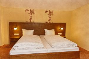 A bed or beds in a room at Sonnenhof-Willingen