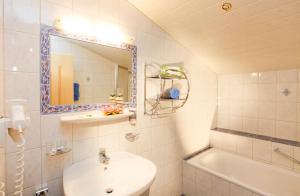 A bathroom at Sportpension Rubin