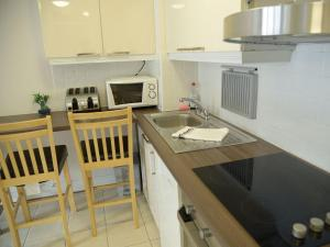 A kitchen or kitchenette at Abbey Court Apartments