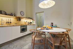 A kitchen or kitchenette at Uma Suites Pau Claris