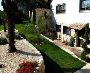 A garden outside Apartmenthaus Casa Palma