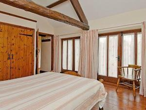 A bed or beds in a room at Daisy Cottage