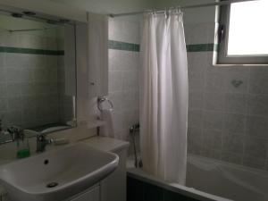 A bathroom at To Selas