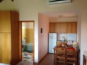 A kitchen or kitchenette at To Selas