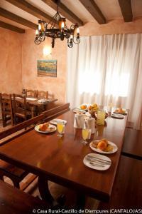 Un restaurante o sitio para comer en Casa Rural Castillo Diempures