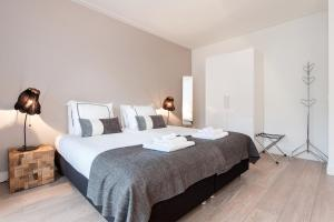 A bed or beds in a room at Cityden Rijksmuseum Serviced Apartments