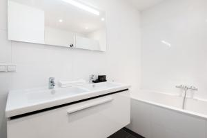 A bathroom at Cityden Rijksmuseum Serviced Apartments